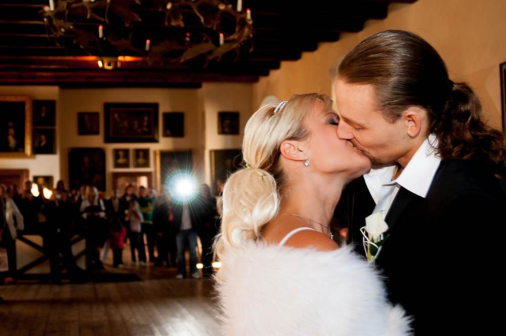Linda & Mates, 10. října 2010, Kost  Kvůli svatbě své sestry Lindy jsem se vracel dříve z dvouměsíčního pobytu v Rusku. Časový posun, únava ani rozlučka se svobodou předcházející večer nesmí člověku zabránit ve fotografování tak důležitého momentu. Fotografováno s jednoduchým příbleskem o strop. TECHNIKA : Nikon D300, Nikon 28−80 mm f/3,3−5,6G AF Zoom (@28), 1/30 s, f/3,5, ISO 400, Metz 48 AF-1