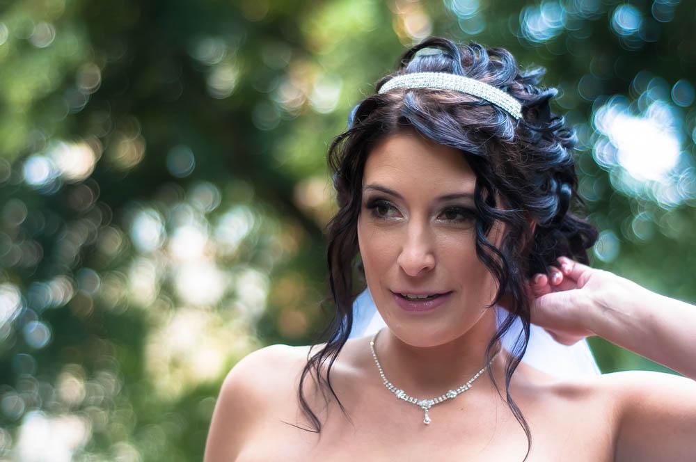 """Terezka & Roman, 22. září 2012, Choltice  Moje sestřenice Terezka (na snímku) se vdávala ve stejný den jako moje sestřenice Běla. Přestože mě mrzelo, že ani na jedné svatbě nemohu pobýt déle než několik hodin (obřady jsme stihli oba), měl jsem tak trochu radost z toho, že ani na jednom nebudu ten """"pan hlavní""""… TECHNIKA : Nikon D300, Nikon 50 mm f/1,8 AF-S Nikkor G, 1/250 s, f/1,8, ISO 400"""