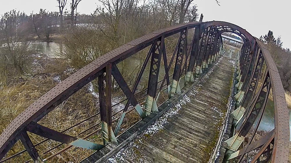 Dodnes nechápu, kde se ve mně vzala ta sebejistota vzlétat na místě, jako je toto. V době, kdy jsem zvedl stroj na tomto mostě, zvítězila touha po záběrech nad bezpečností.