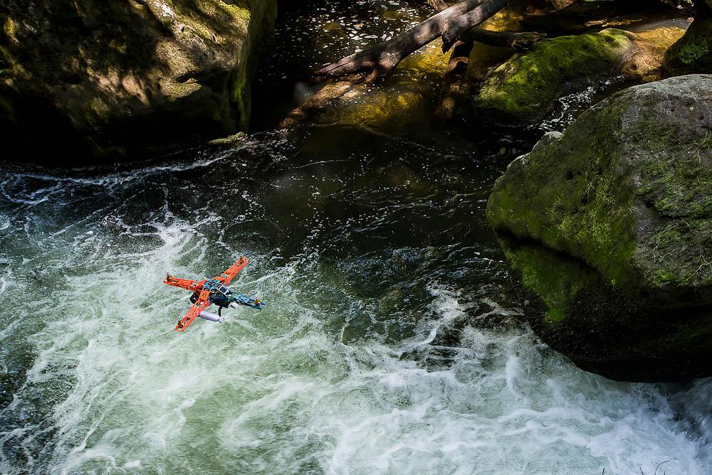 21. července 2013, řeka Kamenice     Létat i s kamerou těsně nad vodou mi zabralo více jak půl roku tréninku. Fotografie © Lukáš Brchl