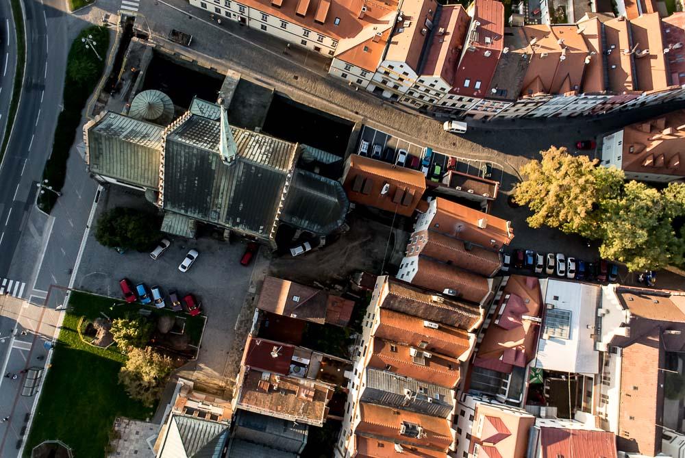 Římskokatolický kostel sv. Bartoloměje na dnešním náměstí Republiky byl sice během husitských válek roku 1421 zbořen, následně se jej však podařilo postavit znovu, dokončen byl roku 1514.  Jednalo se o můj první vysoký (>100 metrů) let ve městě, krve by se ve mně nedořezal… Povětrnostní podmínky jsou v takové výšce mnohdy zcela odlišné od těch na zemi − v tomto případě bylo nahoře pěkně větrno.  TECHNIKA: Nikon 1 J1, Nikkor 1 10 mm f/2,8, 1/1000 s, f/3,2, ISO 400, korekce expozice −0,7 EV, 28. září 2013