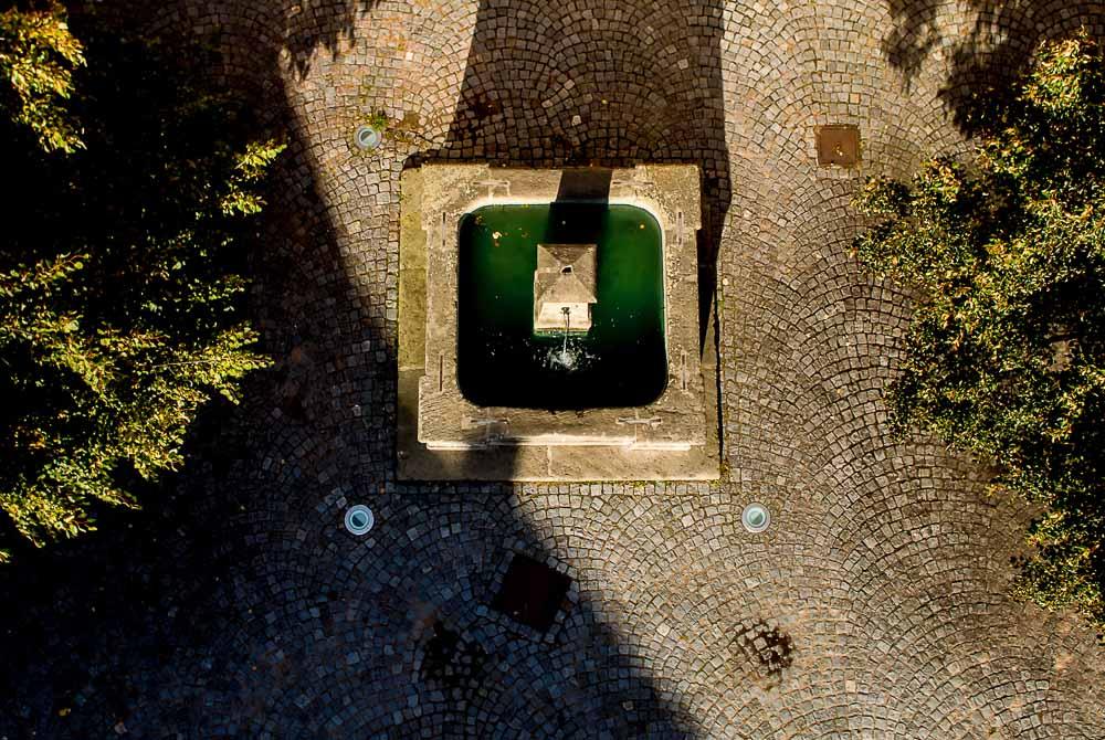 Součástí zámku byl rovněž barbakán, zvaný Přihrádek. Jedná se o drobné trojúhelníkové prostranství, uprostřed něhož stojí tato kamenná kašna. TECHNIKA: Nikon 1 J1, Nikkor 1 10 mm f/2,8, 1/1000 s, f/4, ISO 220, korekce expozice −0,7 EV, 27. září 2013