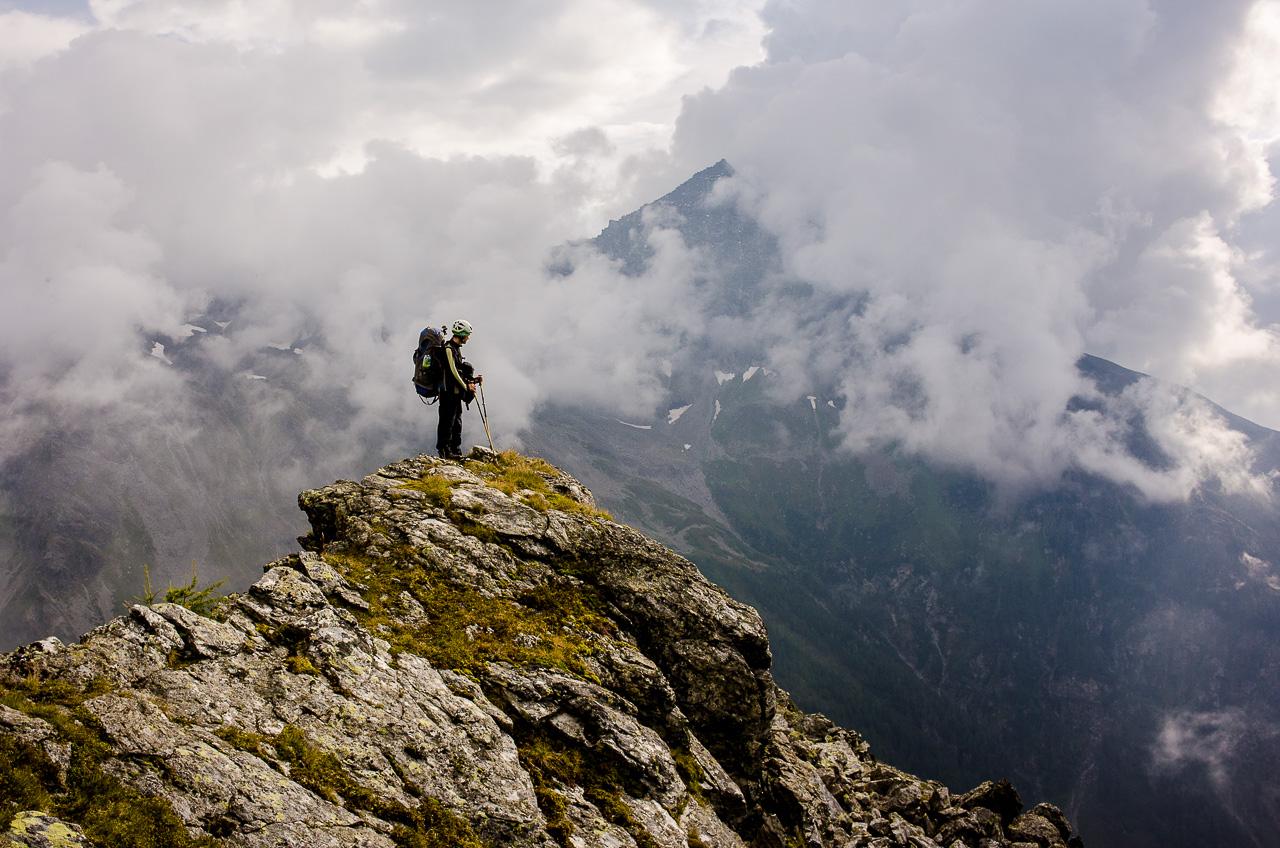 S HLAVOU V OBLACÍCH ANEBZA HEZKÉHO POČASÍ LEZEDO HOR KAŽDÝ. TAKHLE MĚVYFOTIL KAMARÁD MICHAL. Na vrcholu Törlkopfu, 5. září 2014,Nikon Coolpix A, 1/800 s, f/7,1, ISO 220, z ruky
