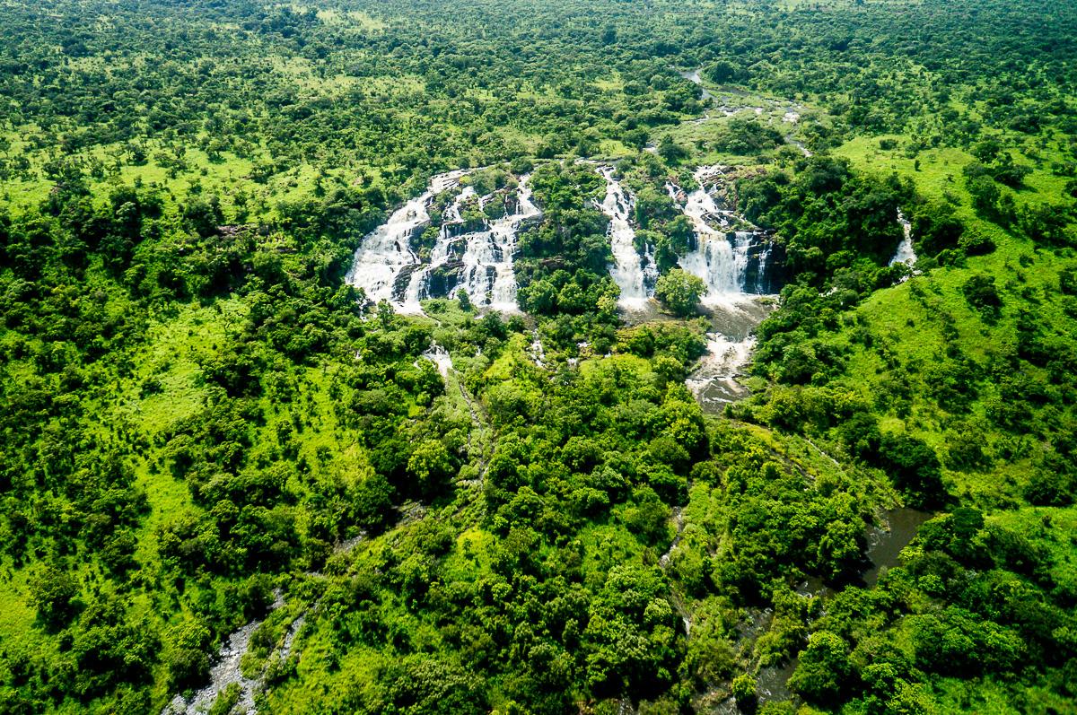Vodopády Aruu jsou jedním z nejhezčích míst, které jsem měl šanci navštívit. Muna nejenže našel cestu až k nim, ale také sehnal mačetu a lano, abychom se mohli pod nimi brodit a vysekat si tady heliport.