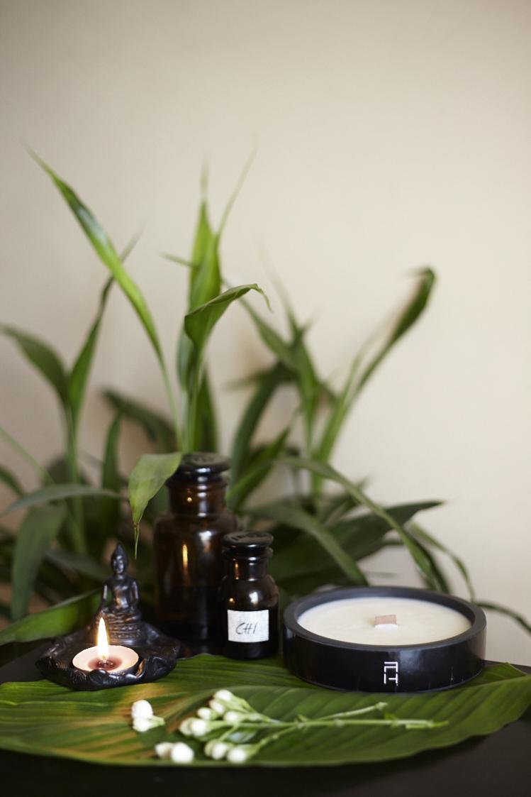 氣CHI - / flowery components of white lotus and jasmine flower / light + sensual, female fragrant w/ an essence of exotic blossoms, powdery and soft