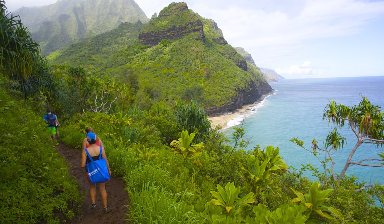 Beginning the drop down toward Hanakapi'ai Beach.