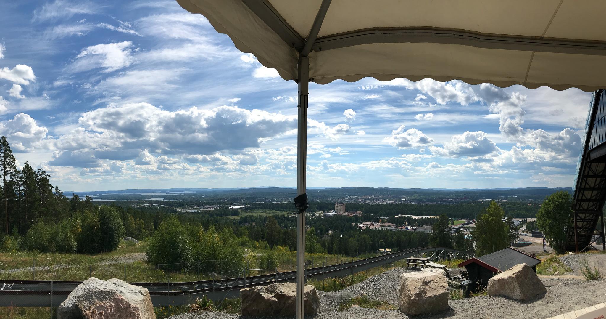 Udsigten over Falun. Koncert til højre, bjergbane til venstre, sol foroven