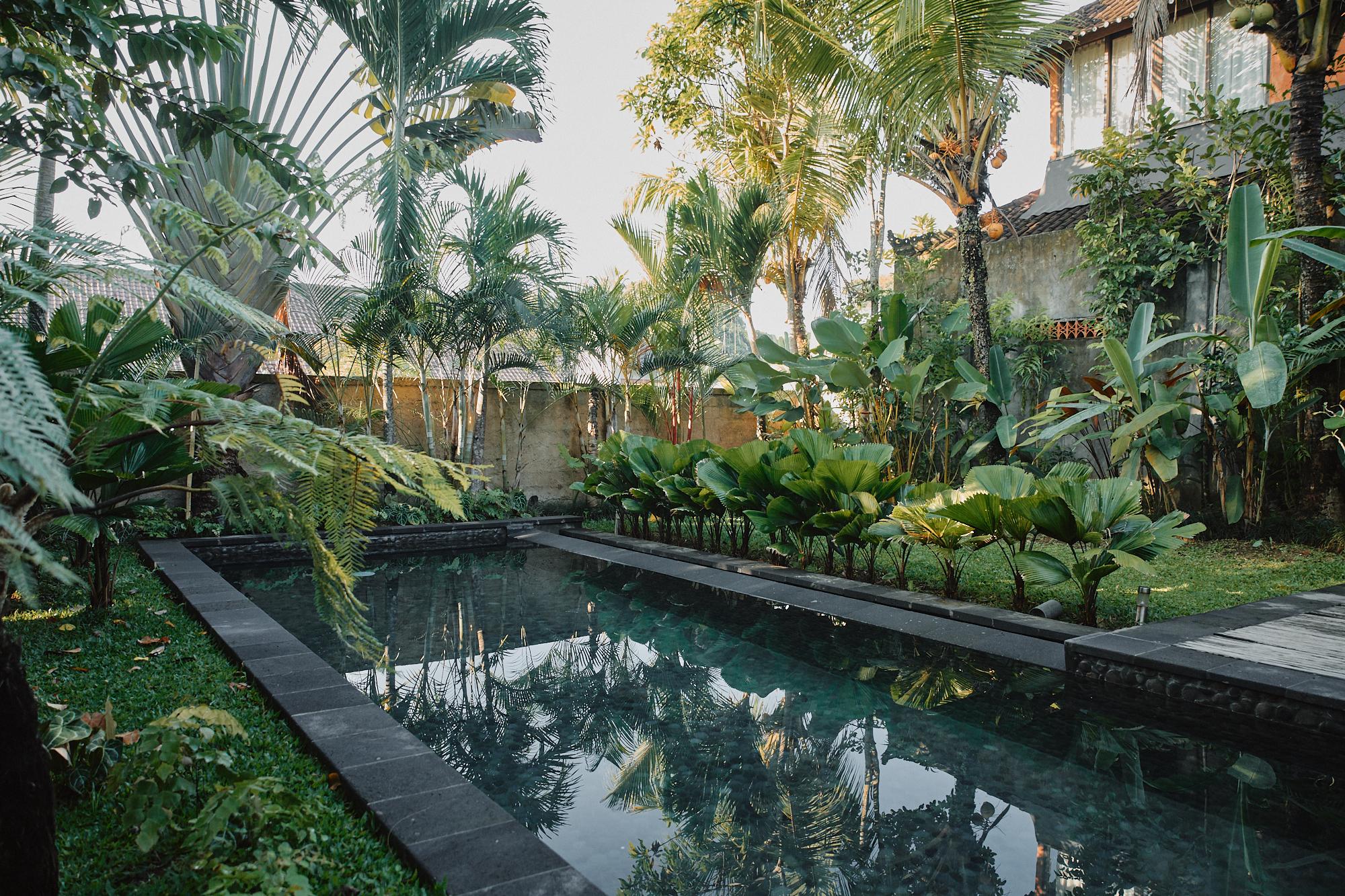 宿のエリア内には、3つのプライベートビラと1つのシャアホテルがあってプールは共用。ヤシの実が落ちていたのでそれをビーチボールがわりに。痛いわ。