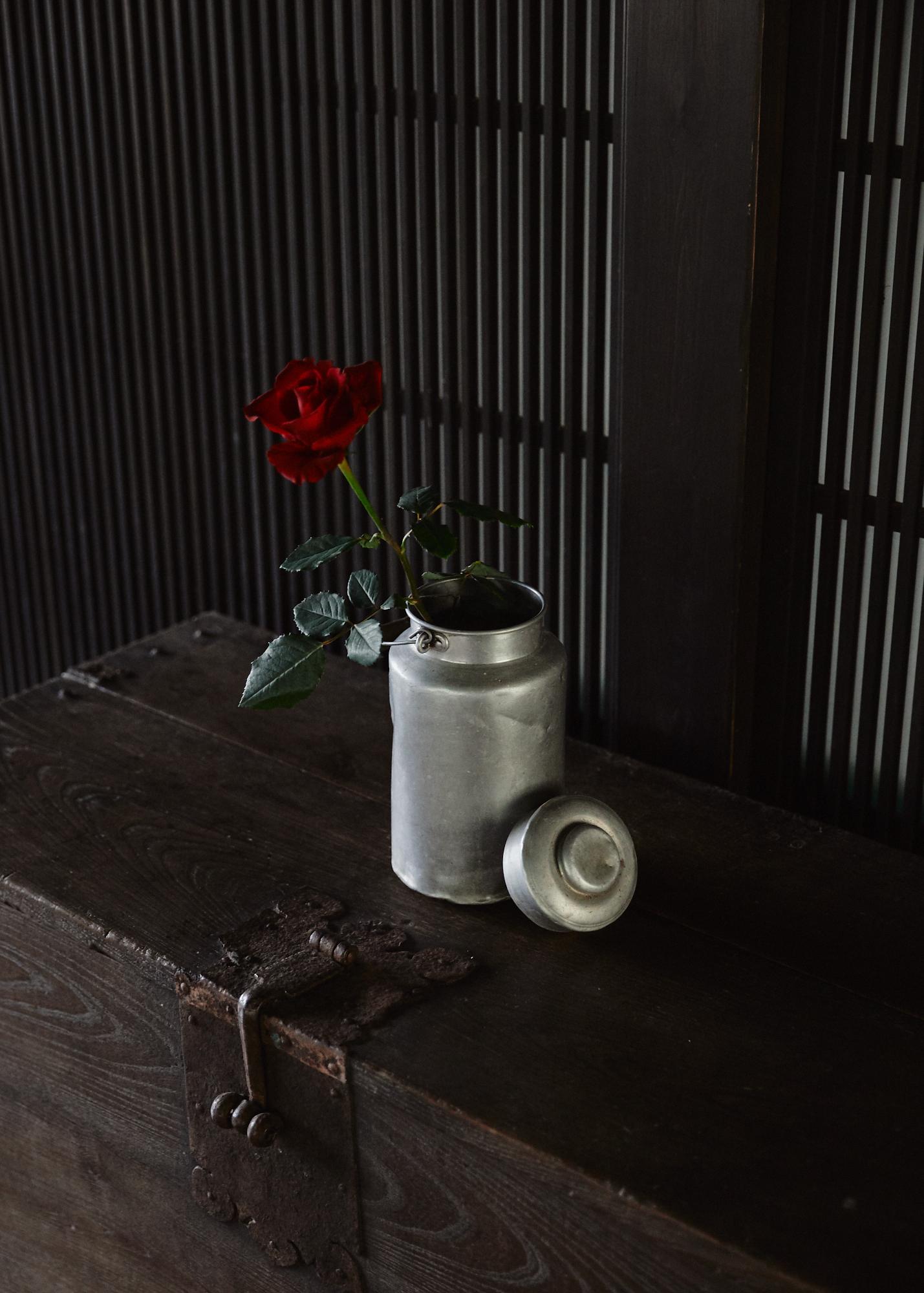 何気なく飾られているものが奇をてらっていないように感じられて好き。この花瓶はミルクポットかな?