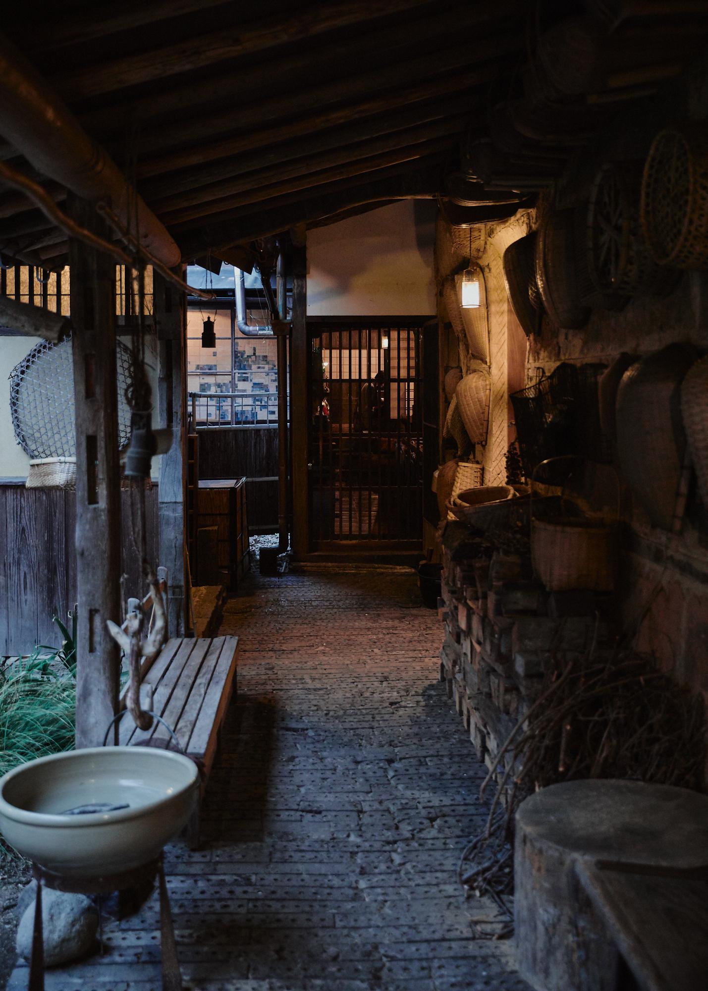 キッチンからお風呂に向かう廊下。