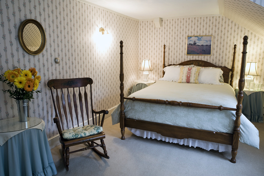 Room 8 - Queen size bed, TV and private bath