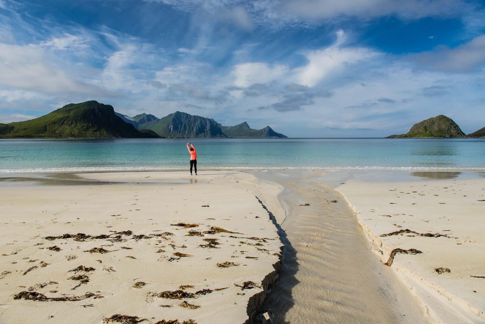 Yoga matinal sur la plage d'Haukland