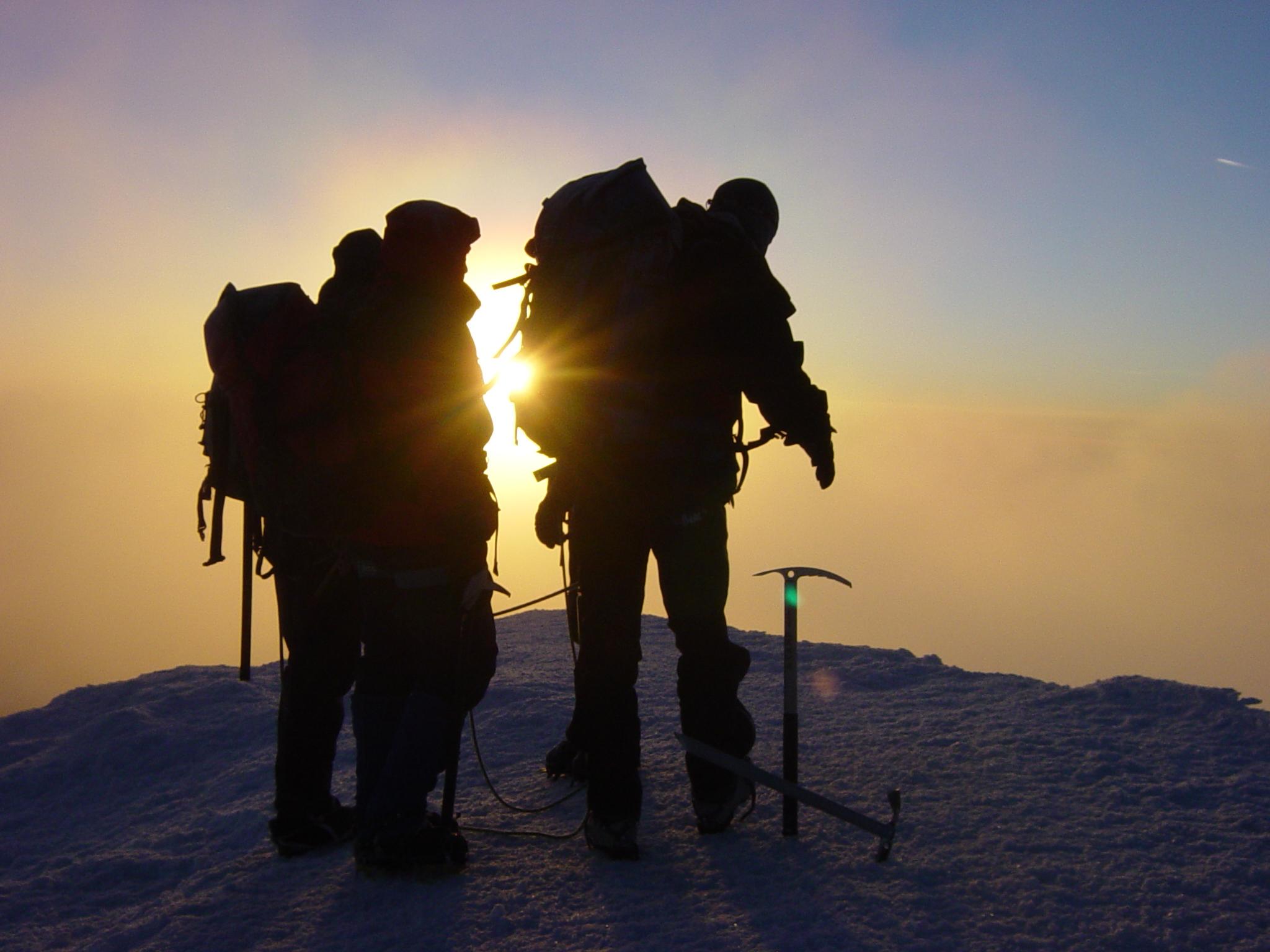 Toppen av Mont Blanc i gryningsljus