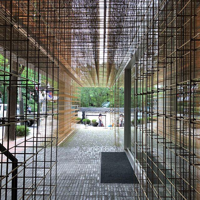 @Sulwhasoo #flagshipstore designed by @nerilyndon and @rossanahu , brass framework is inserted into the space to create more division of spaces. • • • • • • • • • #design #designer #interiordesign #designstudio #industrialdesign #asiandesign #seoul #brasslattice #brassframes #interior #architecture #designdetails #details #luxurydesign