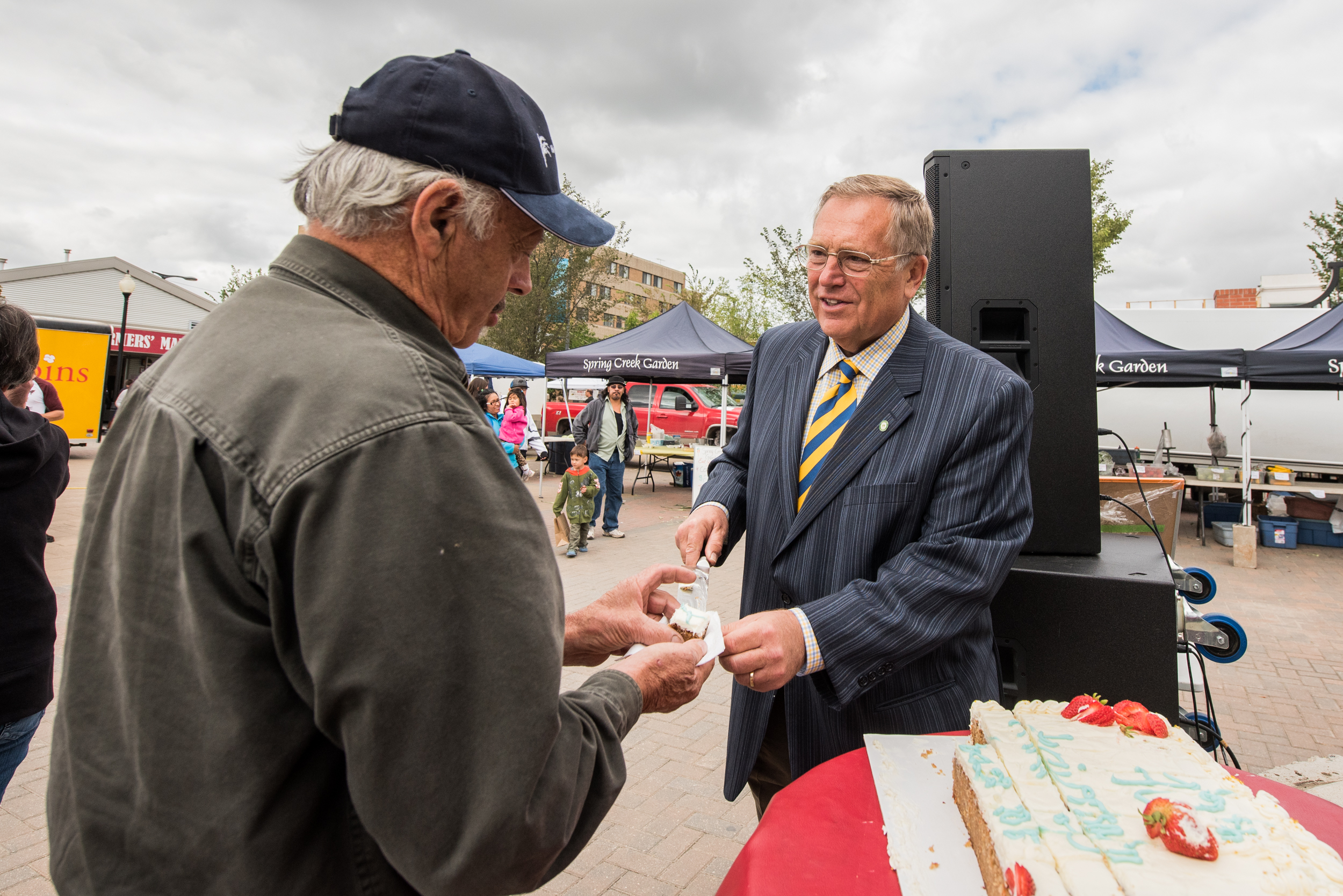 SASKATOON,SK--AUGUST 22, 2015--Mayor Don Atchison hands out cake to the crowd gathered for the 40th anniversary of Saskatoon's Farmers Market in Saskatoon, SK. on Saturday, August 22, 2015. (MATT SMITH/THE STAR PHOENIX)