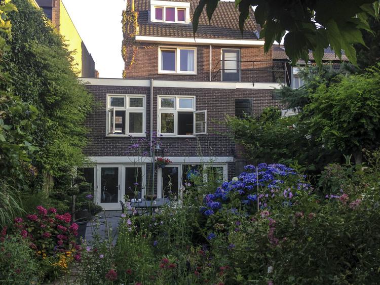 Het woonhuis met de huidige eetkamer op een hoogte van ongeveer 2 meter boven de tuin