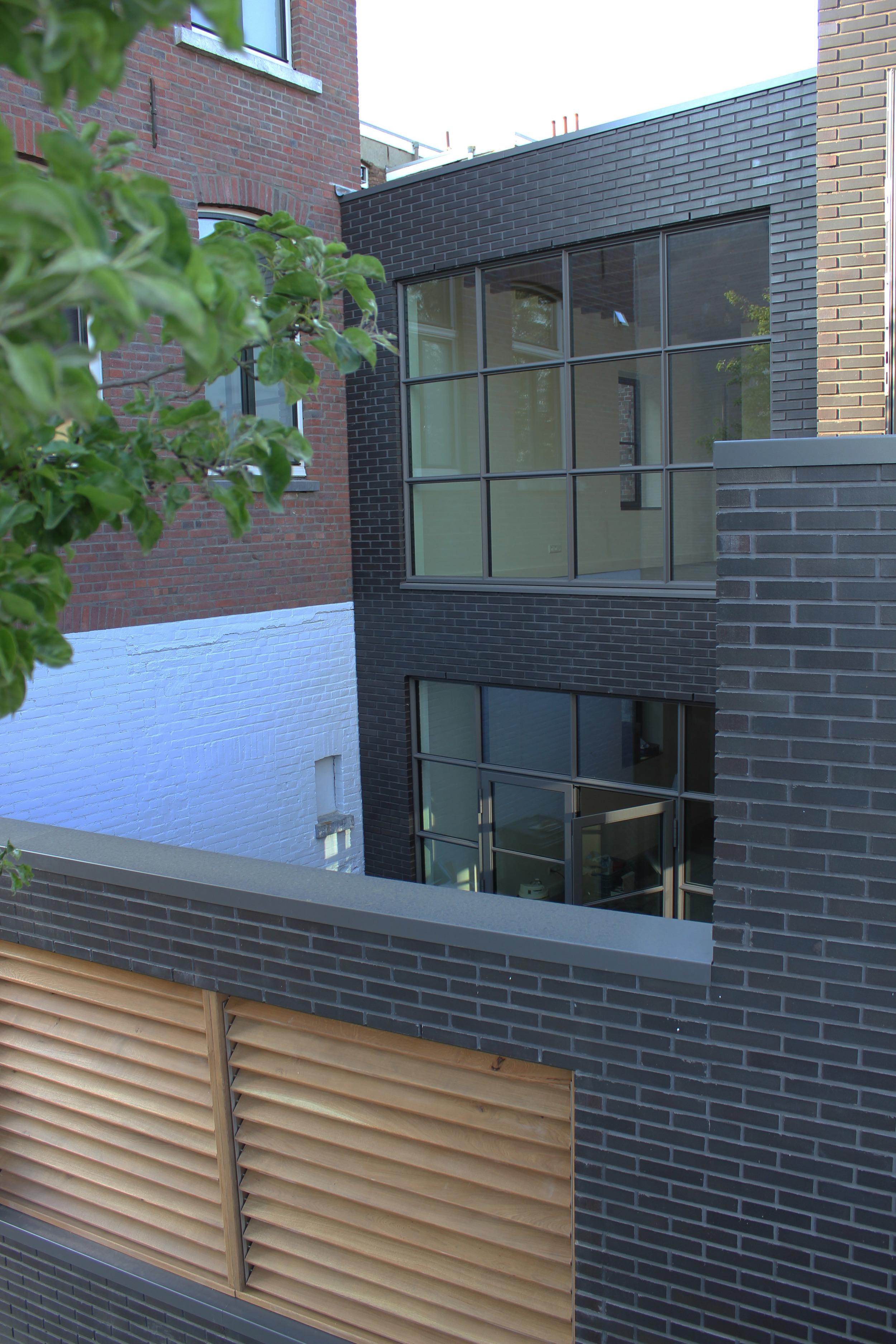 Het bovenste appartement heeft een balkon (rechts, niet op de foto) en het onderste een binnentuin