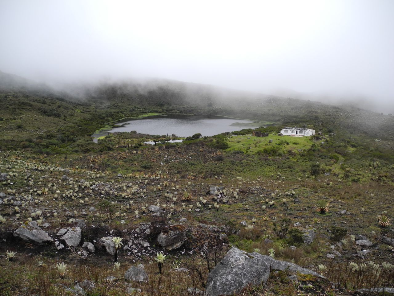 Lagoon and abandoned house at Páramo of Vadohondo