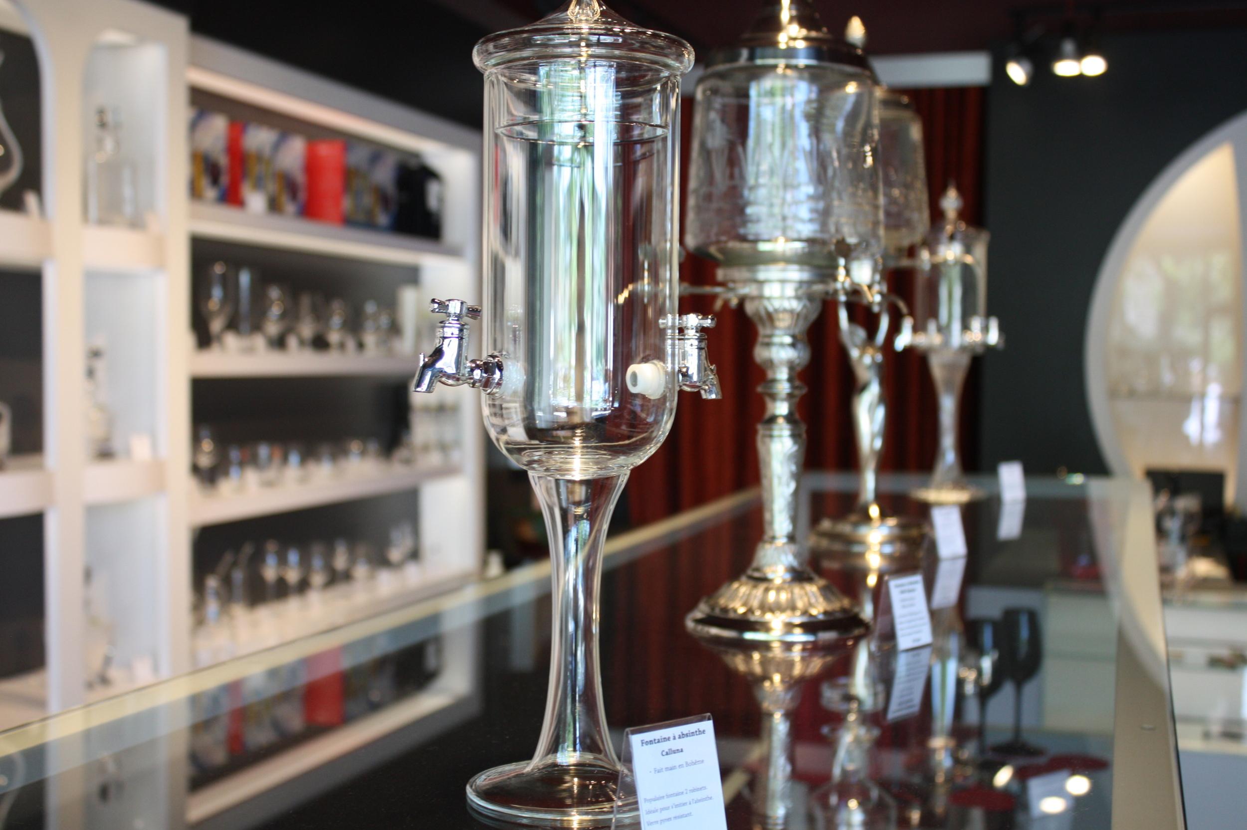 Une fontaine d'absinthe format table de chevet.