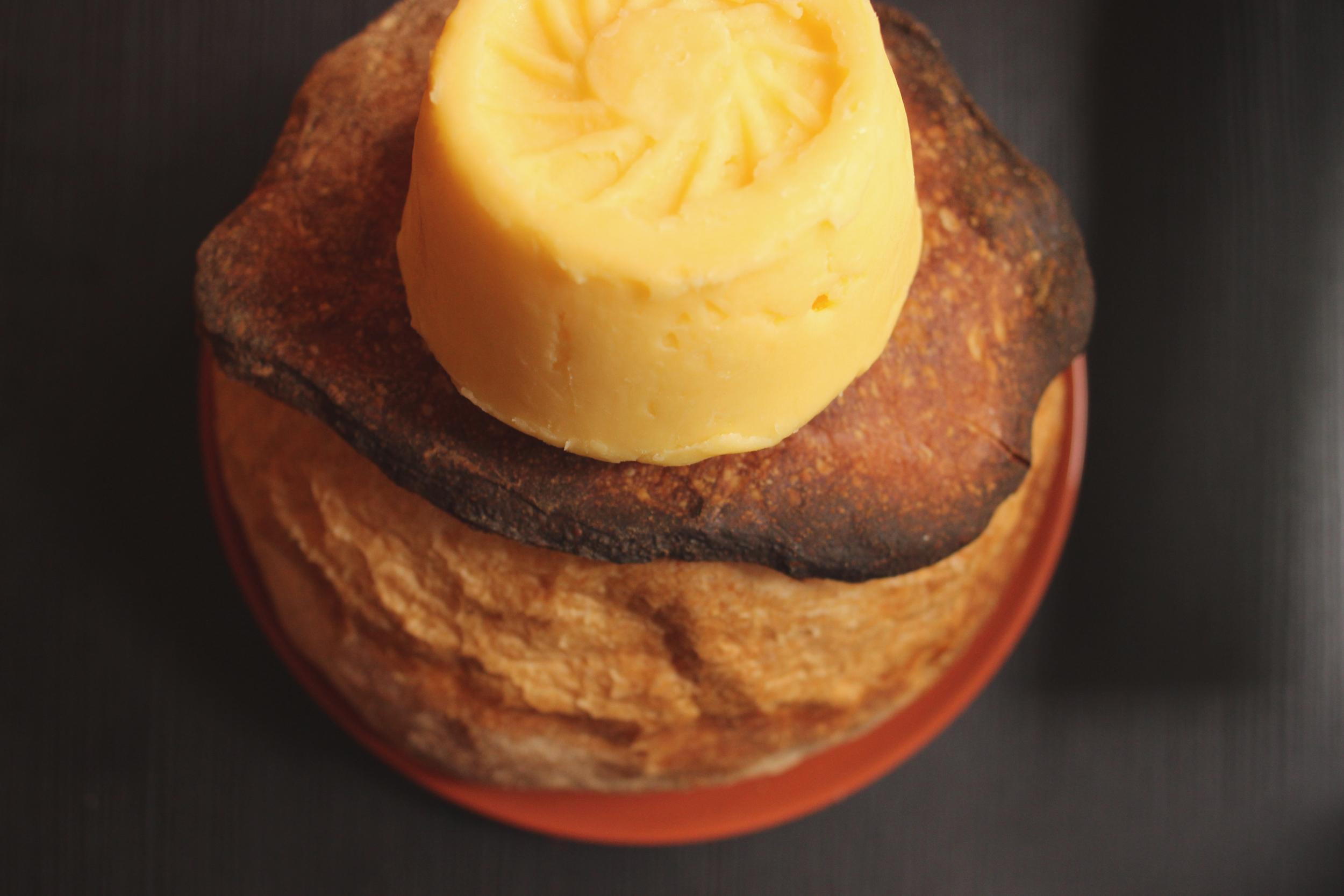 beurre artisanal sur miche de pain