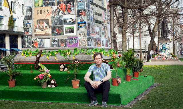 "David Shrigley in front of his work ""Bubblesplatz"" at the Promenadeplatz ( photo Leonie Felle)"