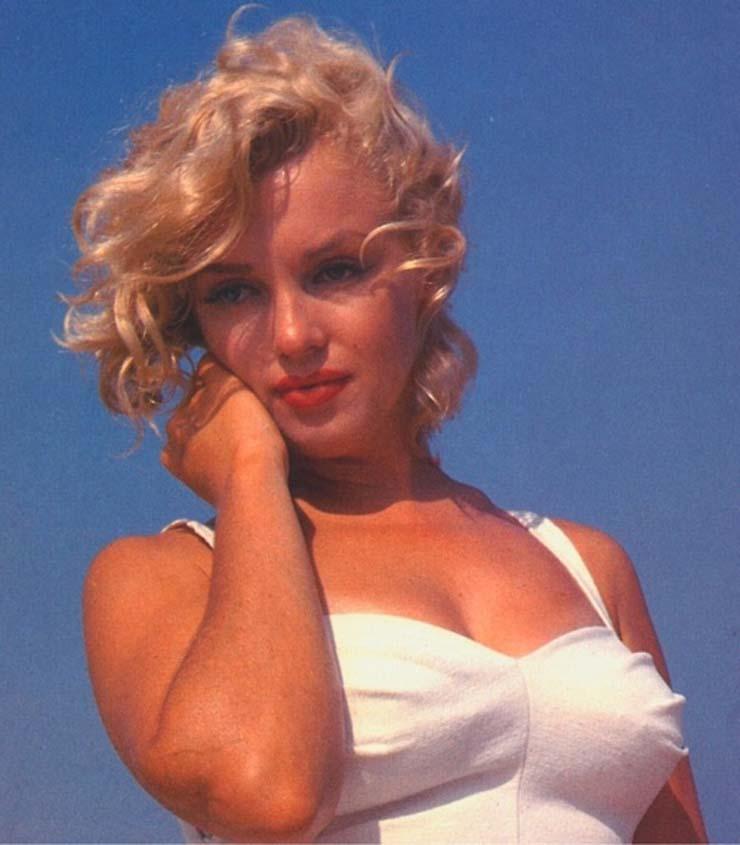 Marilyn Monroe at Amagansett Beach in the Hamptons, by Sam Shaw 1958 (8).jpg