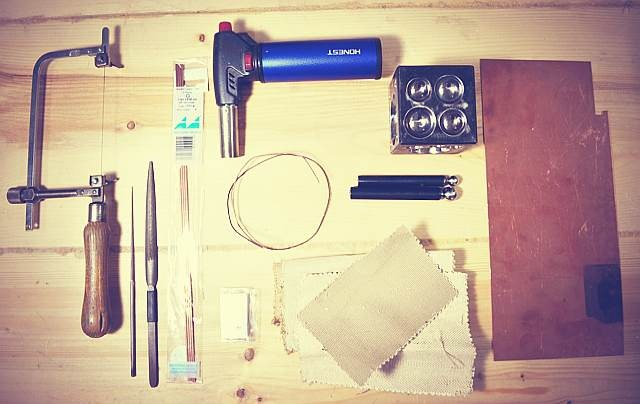 The basic tools for the flower brooch.