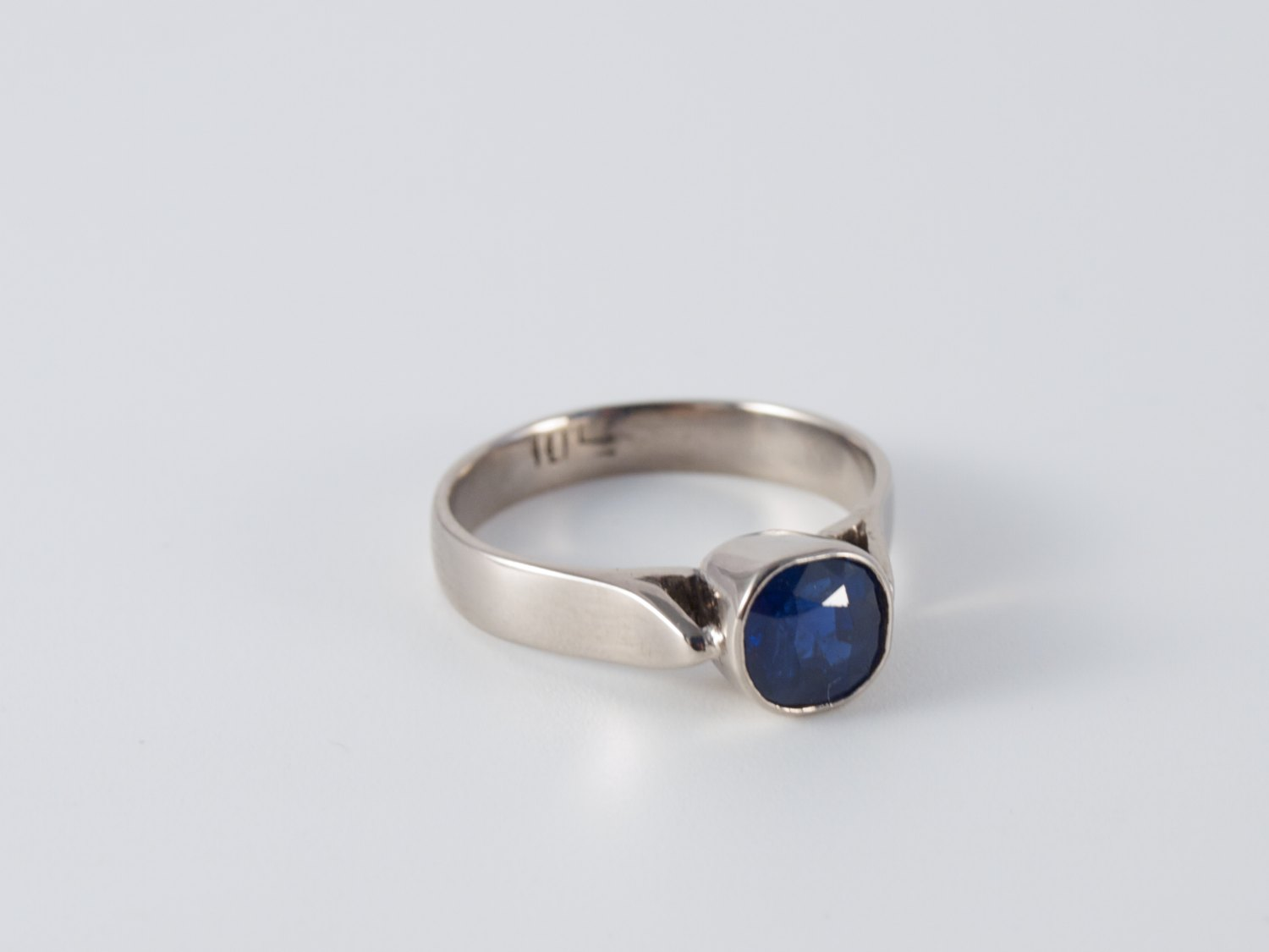 Jewellery commission to make 18 kt white gold ring with solitair sapphire.