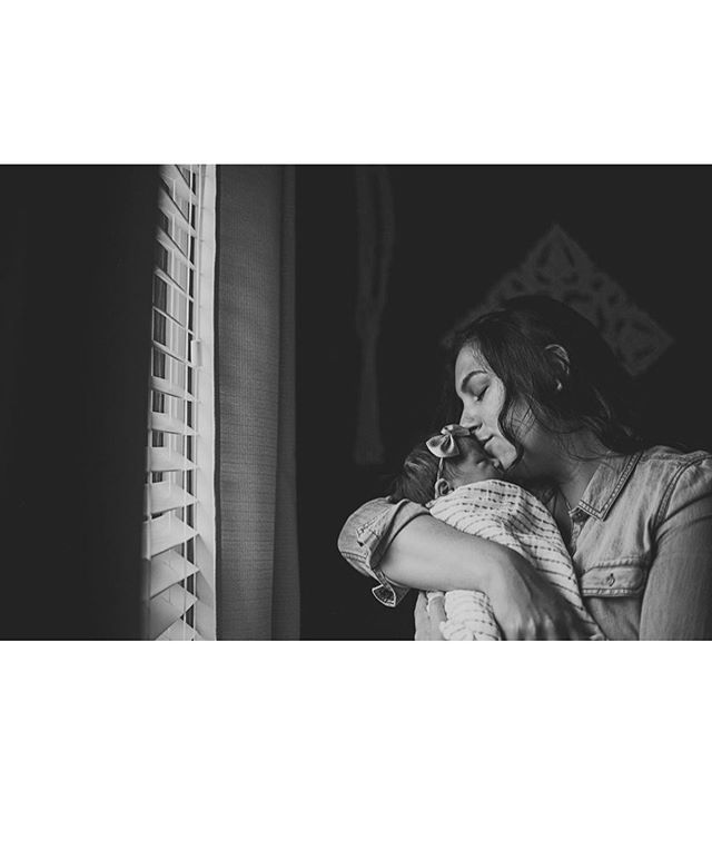 Breath in those sweet new baby smells, mama! 💕Swipe to see beautiful week old Josephine and her calm alertness. #robertarae #robertaraephotography #newbornlifestyle #wisconsinfamilyphotographer