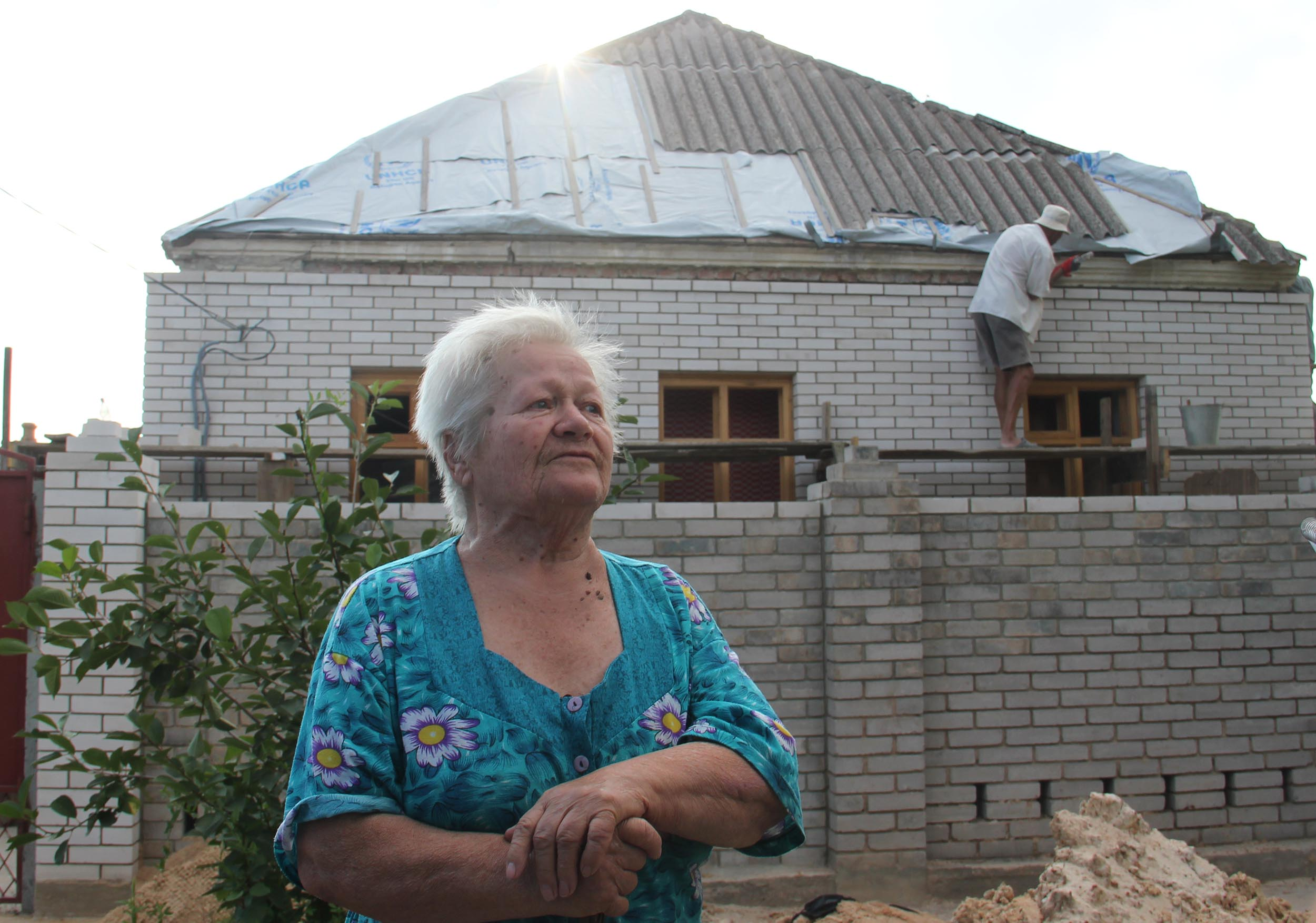 The Ukrainian government is providing compensation to rebuild homes. Here in Volnovakha, on the line of contact, displaced people are beginning to return and rebuild. Photo: UNHCR