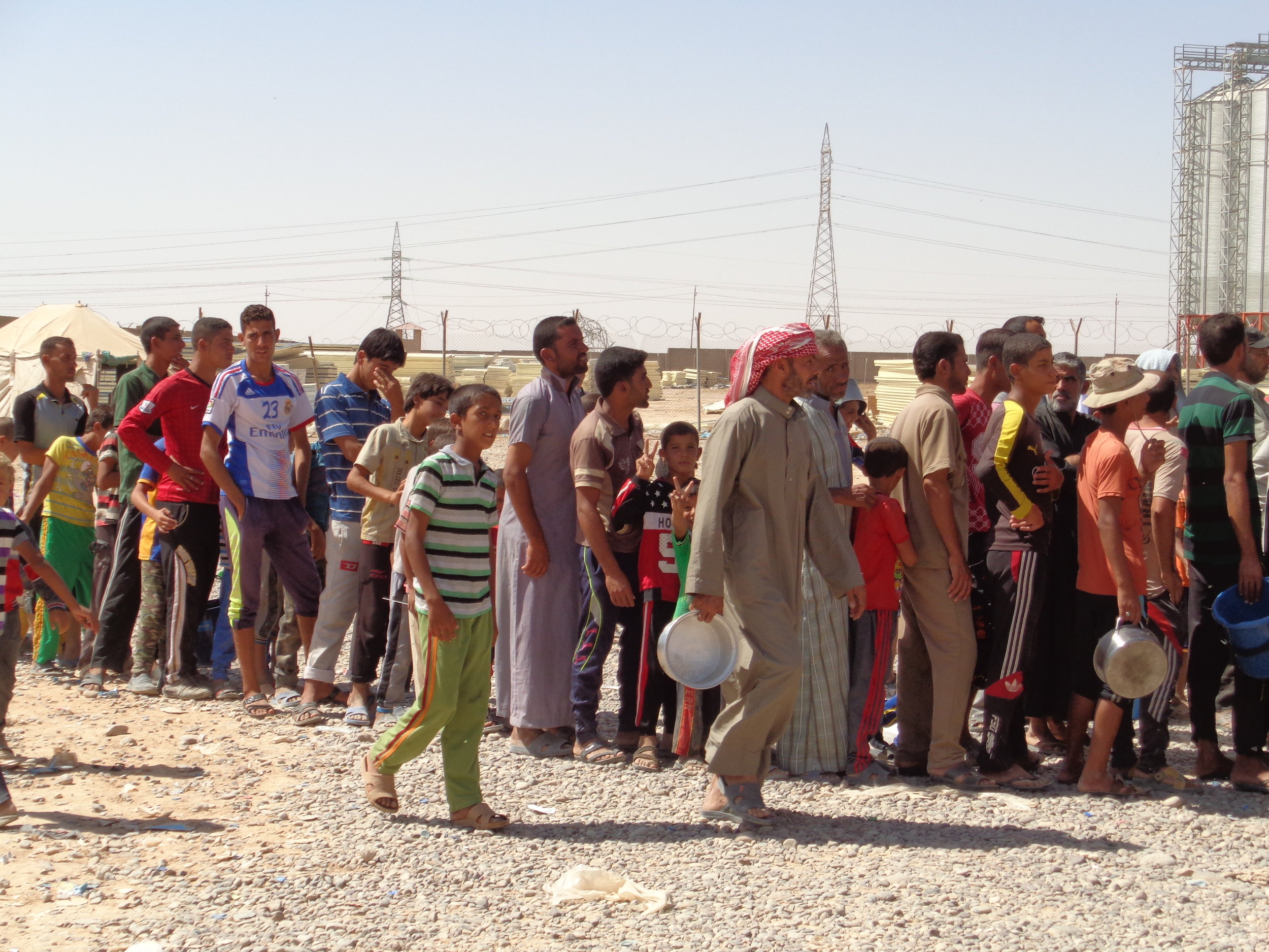 Food distribution line at transit site in Salahaddin governorate for IDPs who recently left the Mosul corridor.