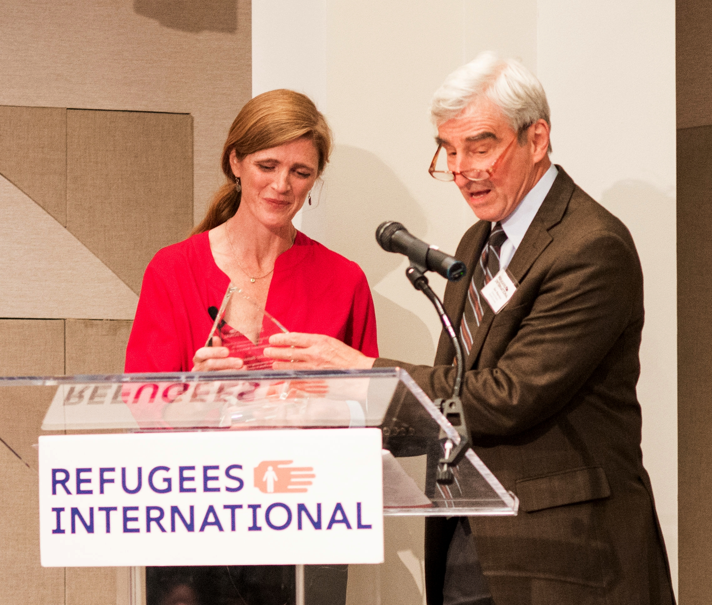Ambassador Samantha Power receives the 2017 Refugees International Exceptional Service Award from Board Member Emeritus Sam Waterston.