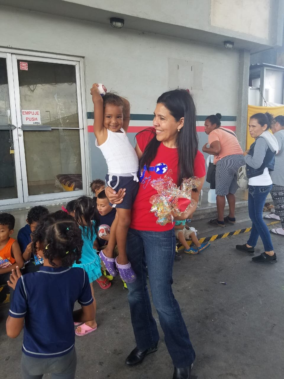 Gladis with children returned by the Remain in Mexico policy.