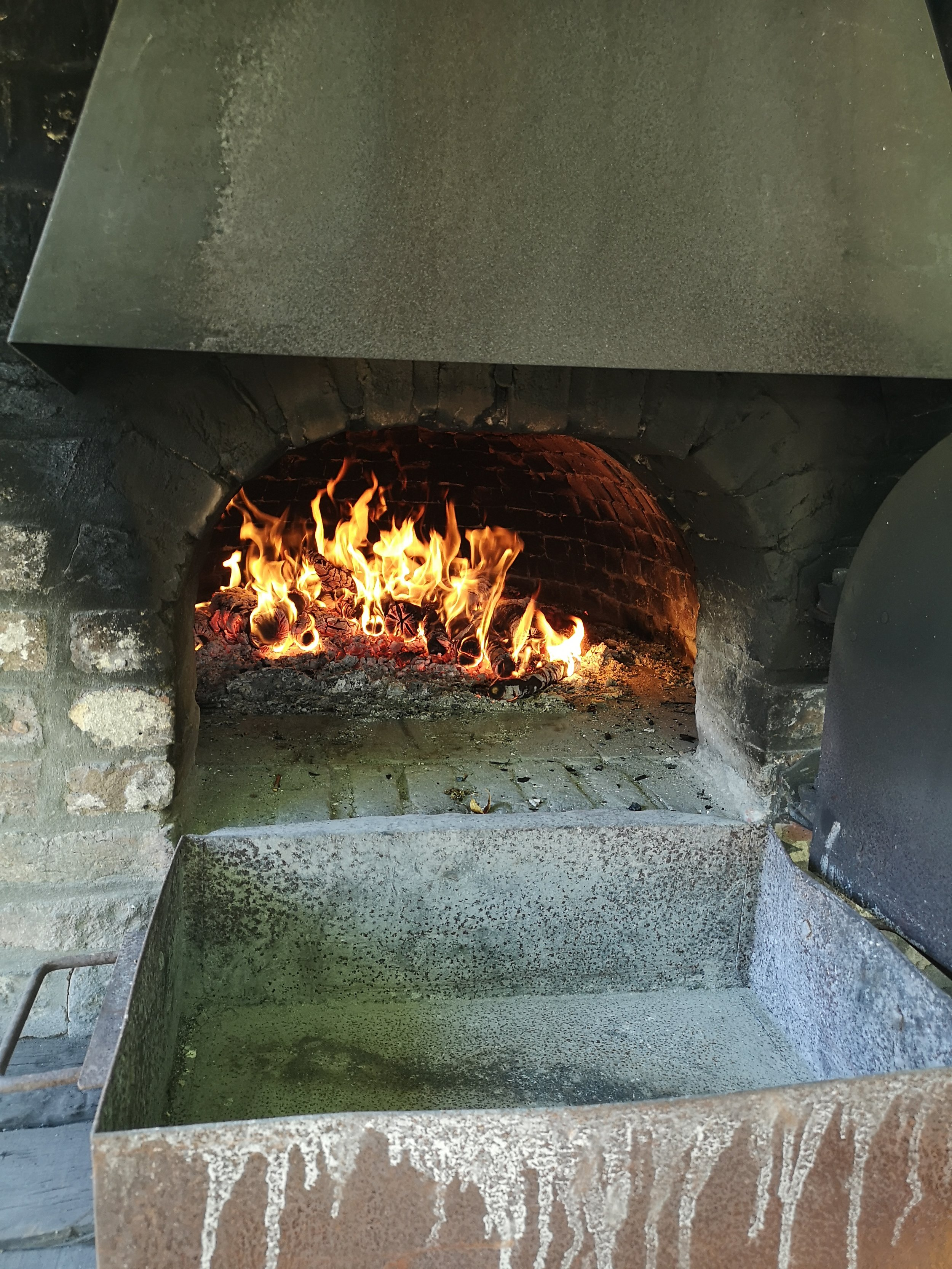 Outdoor oven for baking bread