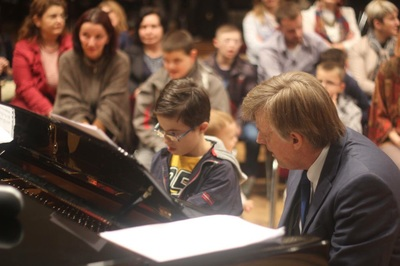 Stephen Prutsman at the keyboard with a friend at one of the Autism Fun Bay Concerts.