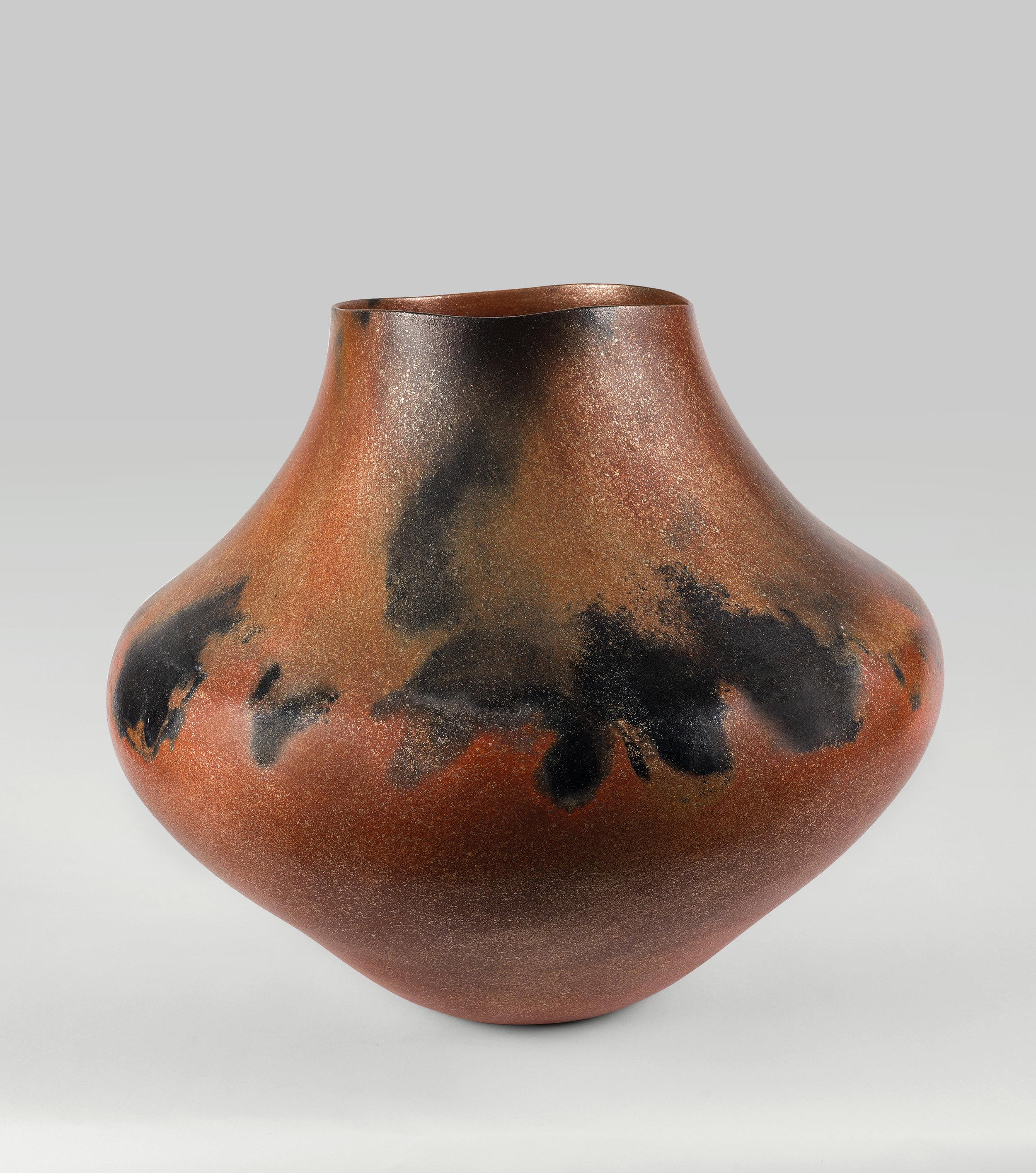 Lonnie Vigil, Nanbe Owingeh [Nambé O-ween-gé or Nambé Pueblo], Storage Jar, 2002. Micaceous ceramic. Claire A. Warden photograph