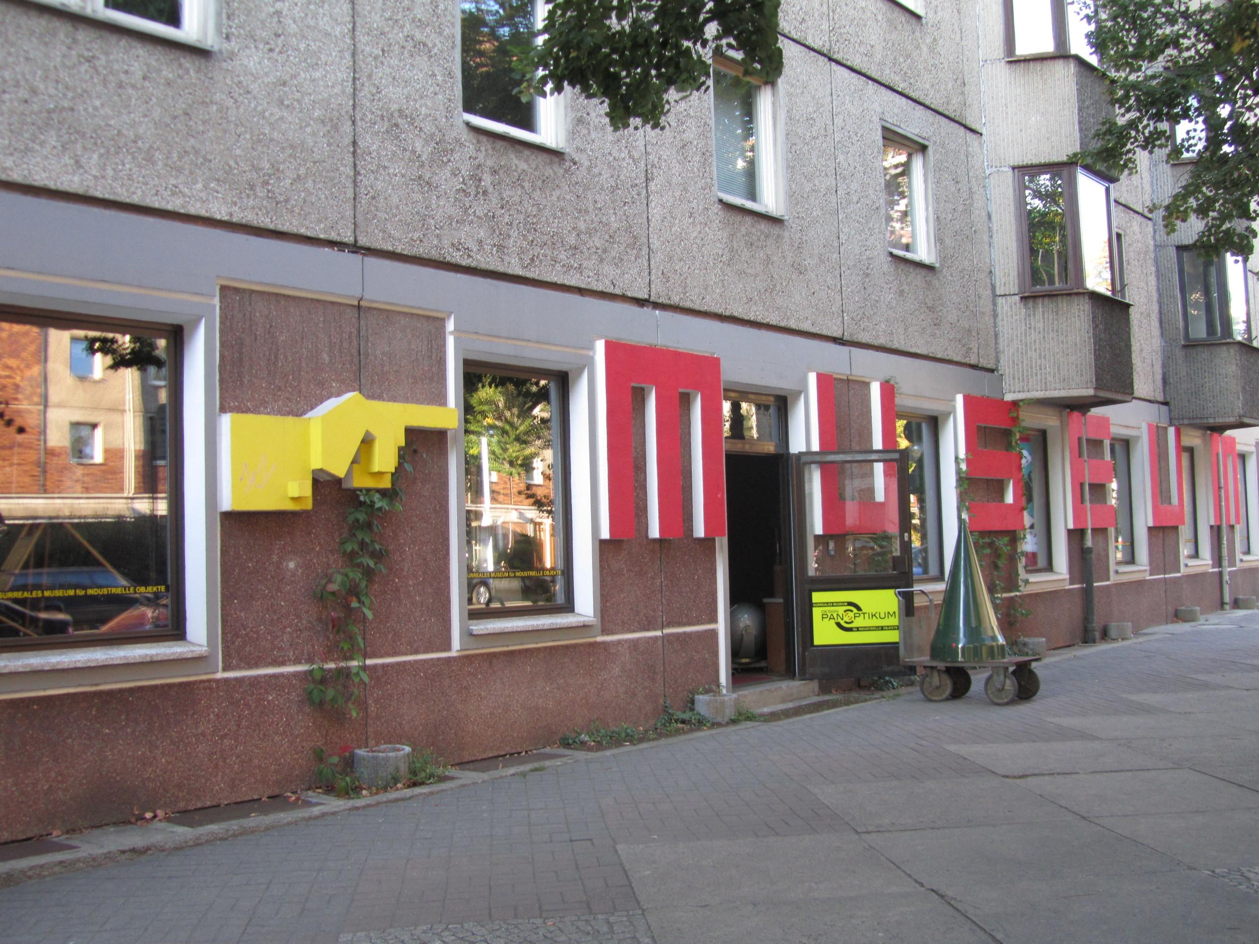 Designpanoptikum - surreales Museum für industrielle Objekte Berlin outside.JPG