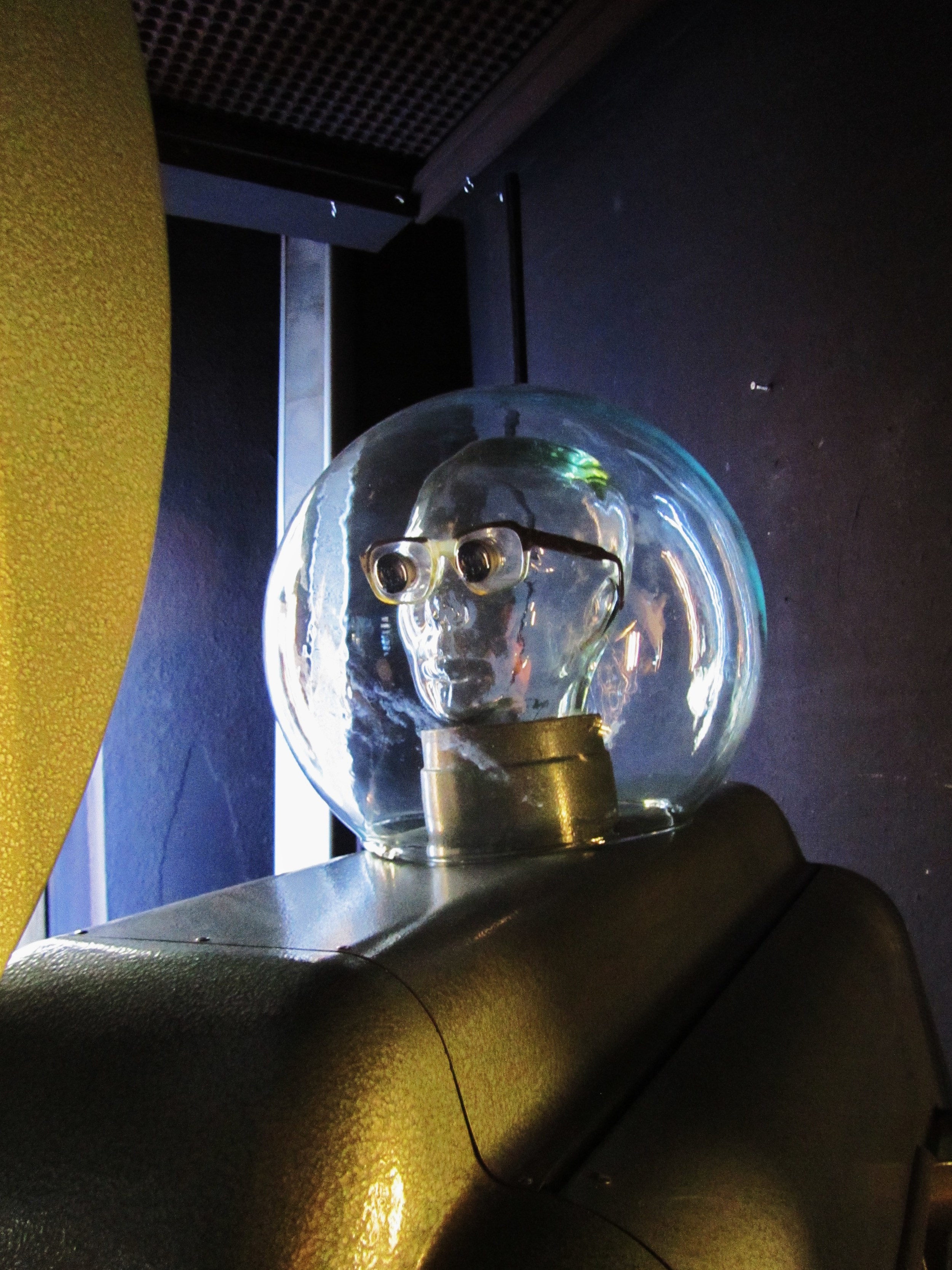Designpanoptikum - surreales Museum für industrielle Objekte glass bubble head.JPG