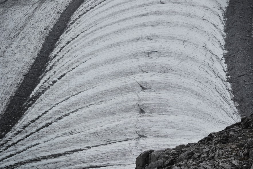 A close-up view of the arced bands of ogives below Camp 18. Photo by author