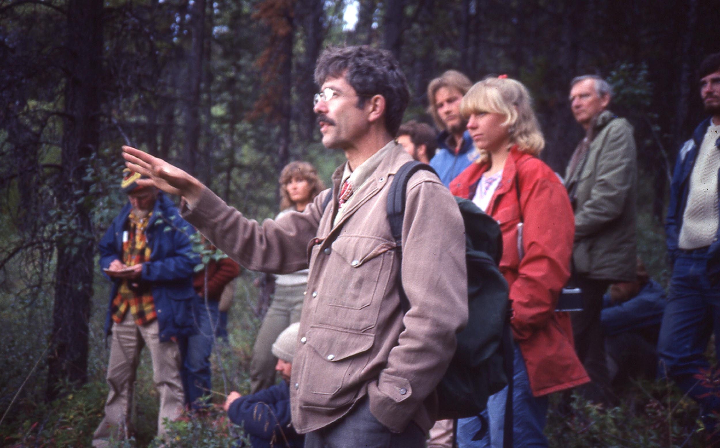 Dr. James Anderson delivers an ecology lesson in the field. JIRP 1984. Photo: M. Miller Collection.