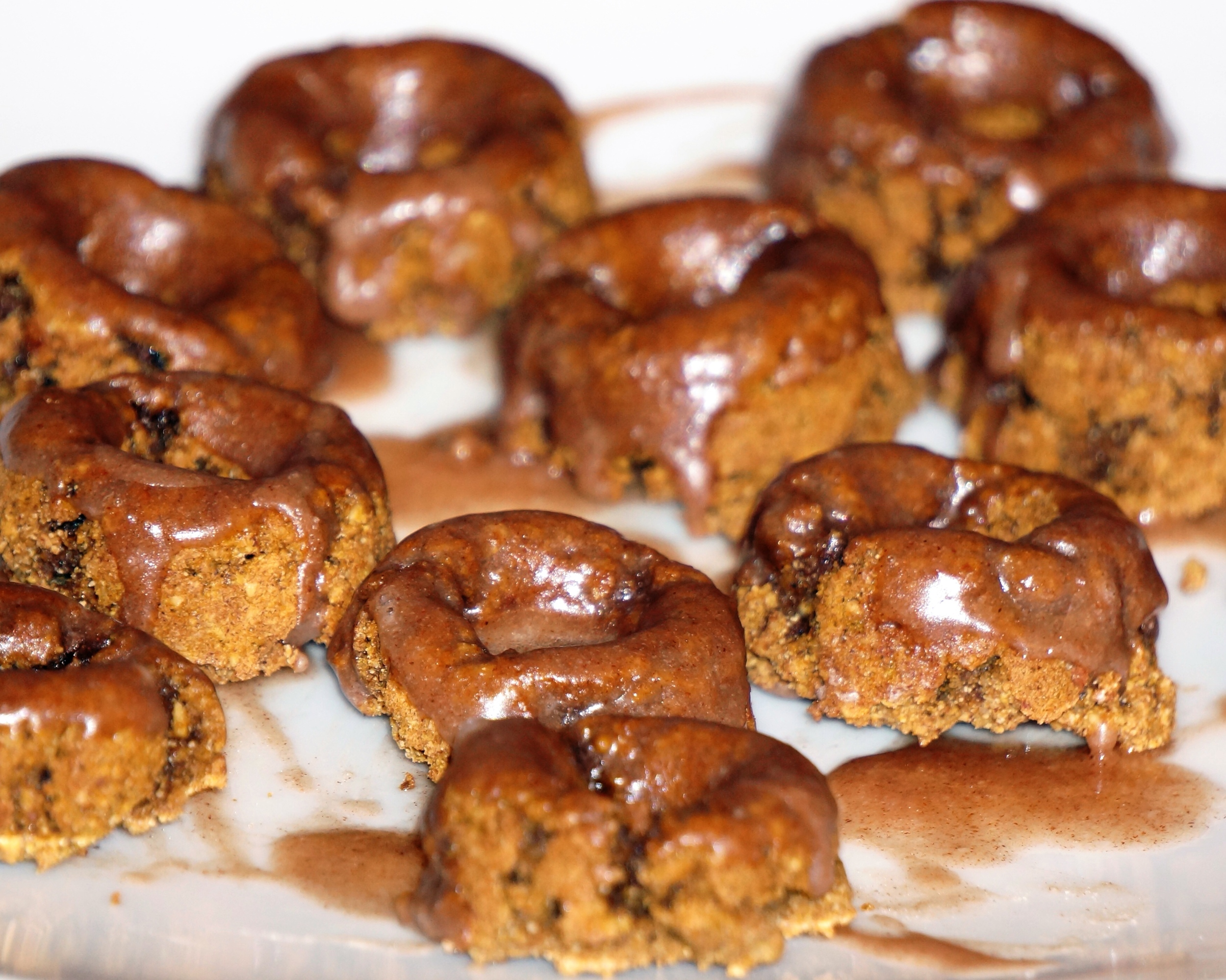 pumpkin spice doughnuts with cinnamon sugar glaze via sarahdigrazia.com (vegan and gluten free)