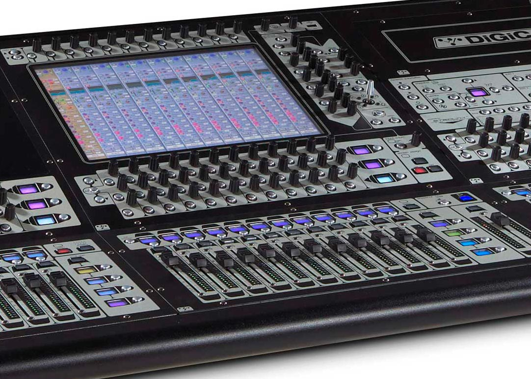 The SD8 offers a central screen, three rows of encoders per bank, plus an additional row above the screen.