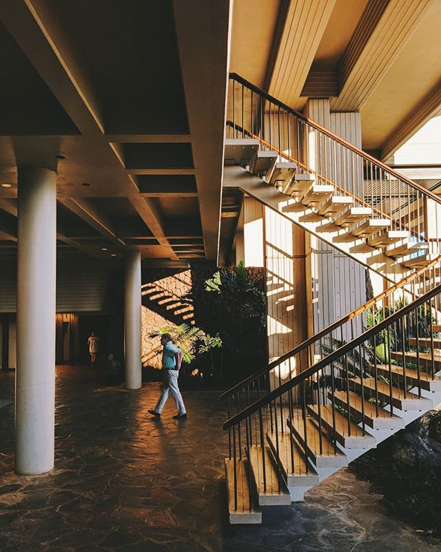 I want to live at this hotel. . . . #hotellife #hotel #vacationing #vacation #traveling #travel #sunset #sunrise #vsco #vscocam #theislandofhawaii #hawaii #staircase #hotels #architecturephotography #maunakea #beach #beachlife #ocean #architecture #teampixel