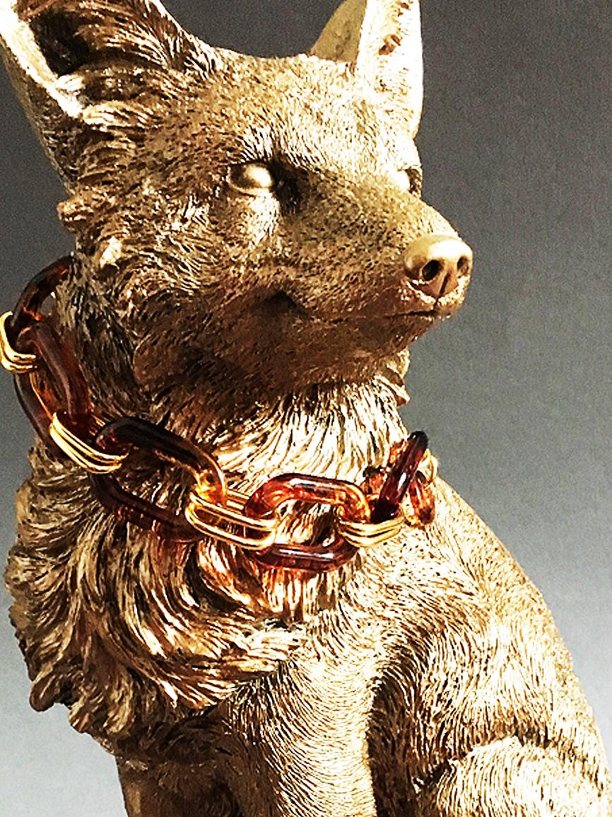 Figura zorro dorado con collar.jpg