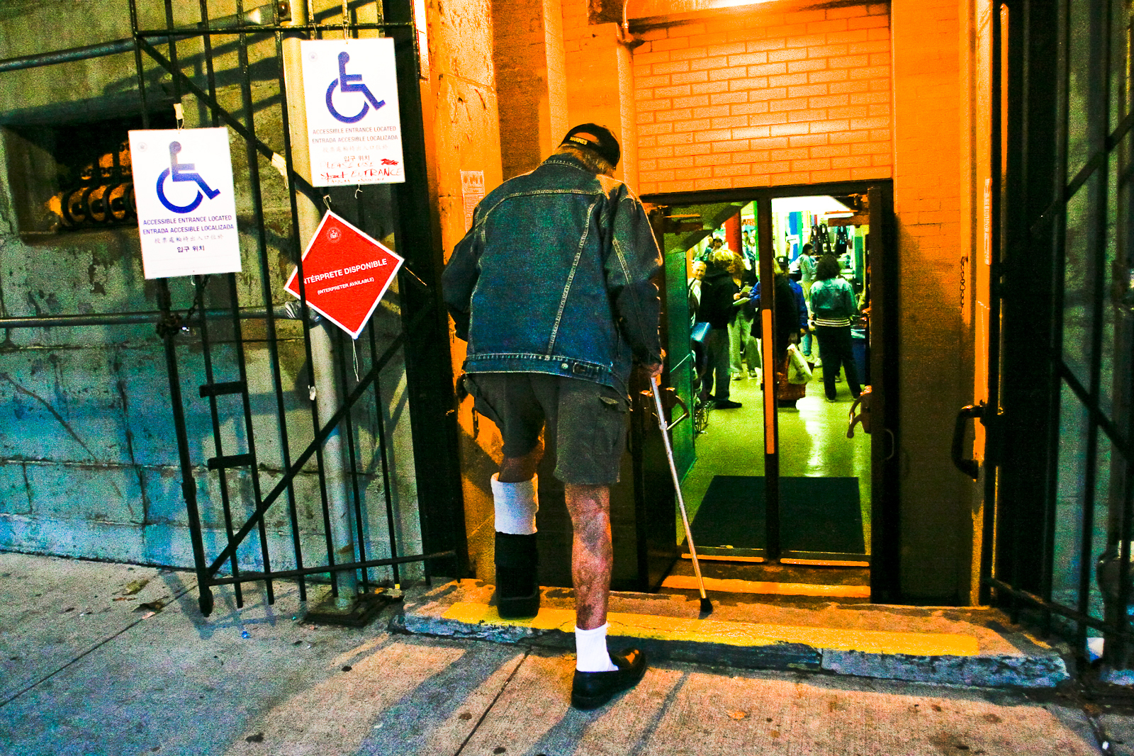 11/04/08. Bay Ridge, Brooklyn, NY. A handicapped veteran makes his way  to cast his vote at PS. 102 on election night just hours before the  polls close.
