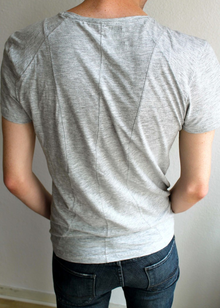 I love how a simple t-shirt can easily become more intricate just by adding symmetrical dividing seams.