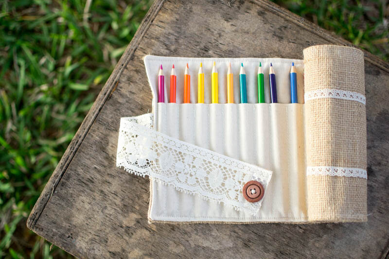 https://www.sewcanshe.com/blog/2015/12/19/pretty-colored-pencil-roll-from-burlap-and-lace