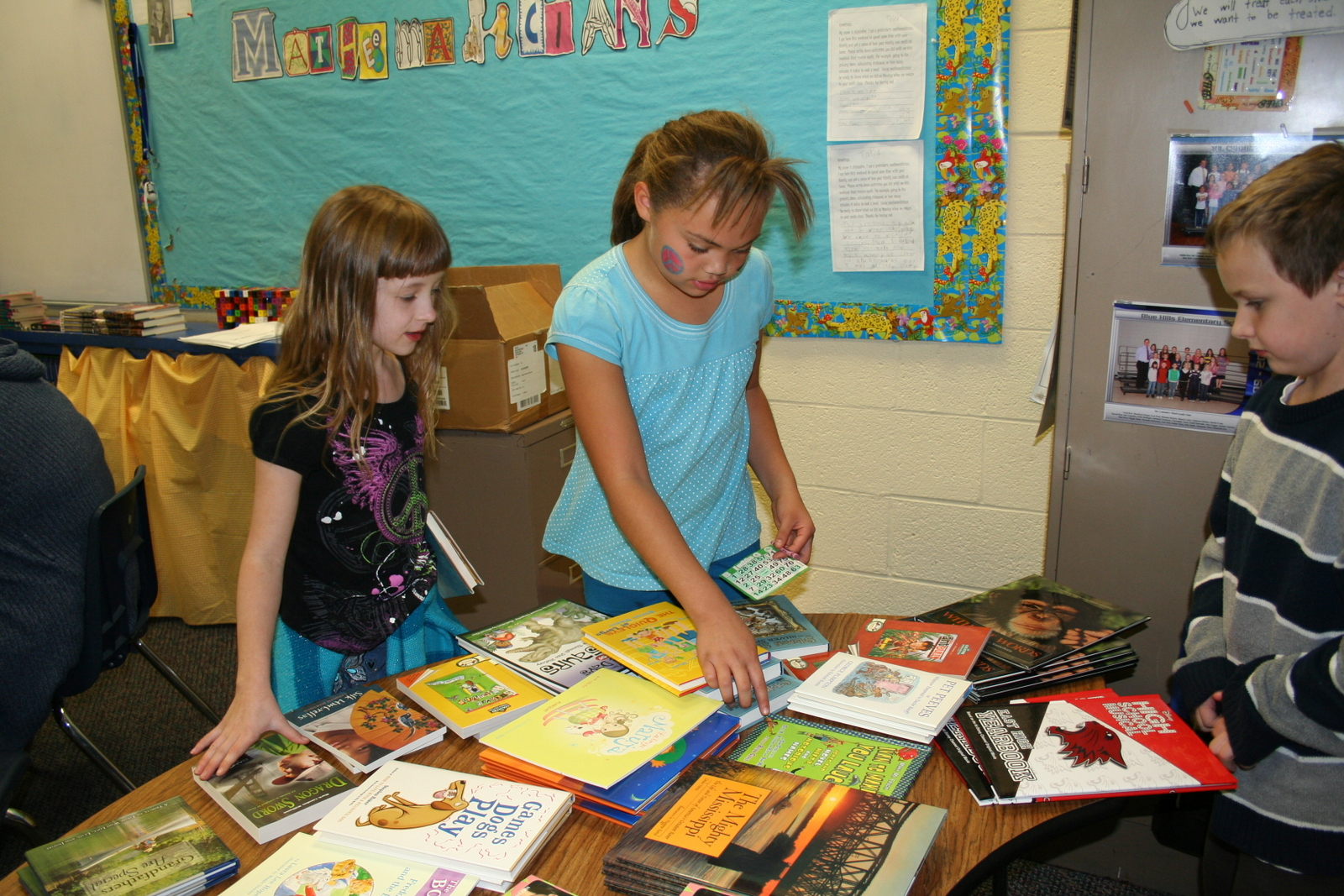 Students at Indian Trails select a book to take home at the 2012 Lights On Afterschool celebration.