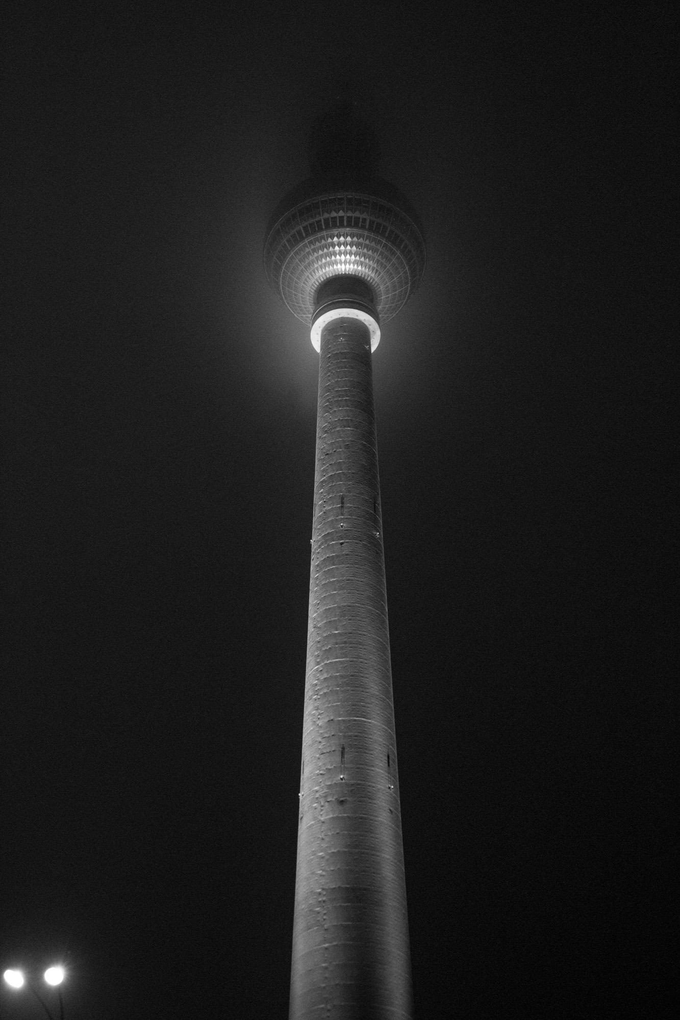 Berliner Fernsehturm  by night, coated in slight fog.