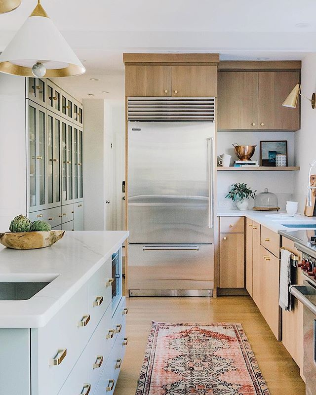 "All about cabinet hardware on the blog! Check out our top picks and some tips for selecting and placing hardware. Including how we think you should break the ""rules"". 😜 Design: Rehabitat Photo: @victoriagloria"